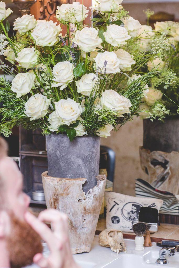 jarrón con rosas blancas